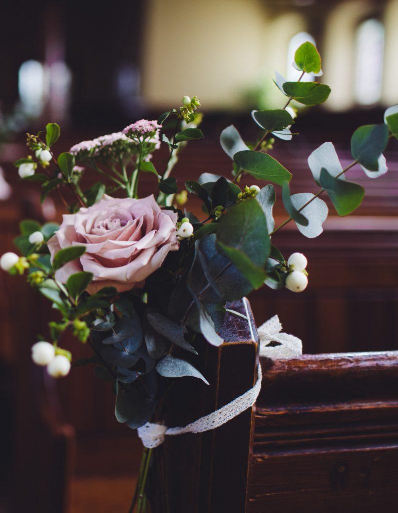 "Dekoracje ślubne  kościoła<span>Photo by <a href=""https://unsplash.com/@wedding_photography?utm_source=unsplash&utm_medium=referral&utm_content=creditCopyText"">Wedding Photography</a> on <a href=""/s/photos/church-wedding?utm_source=unsplash&utm_medium=referral&utm_content=creditCopyText"">Unsplash</a></span>"