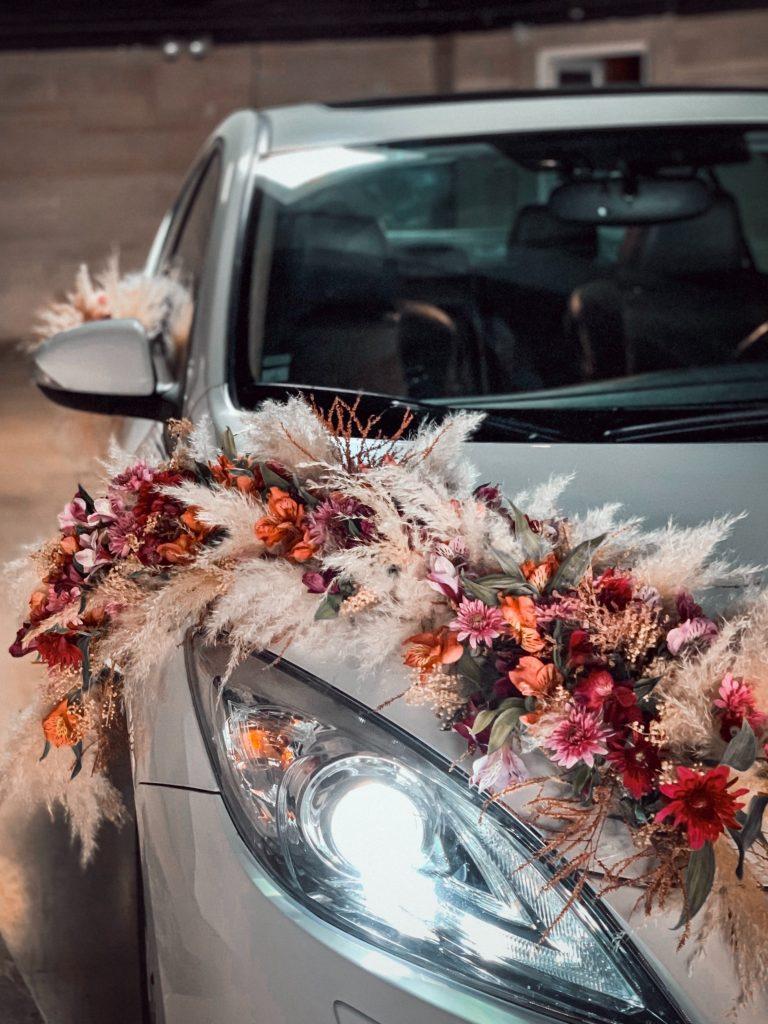"Dekoracje slubne samochodów <span>Photo by <a href=""https://unsplash.com/@sia_mac?utm_source=unsplash&utm_medium=referral&utm_content=creditCopyText"">Siamak</a> on <a href=""/s/photos /wedding-car?utm_source=unsplash&utm_medium=referral&utm_content=creditCopyText"">Unsplash</a></span>"