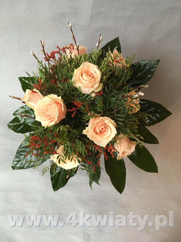 Bukiet dziewięć 9 róż kremowych przybranych zielenią. Kwiaty z dostawą