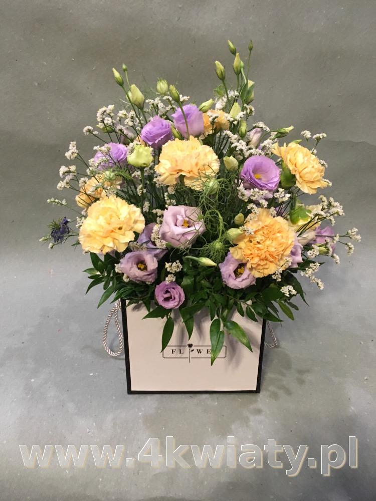 Flowerbox sześcian, pudełko z kwiatami. Poczta florystyczna. kwiatowa niespodzianka.