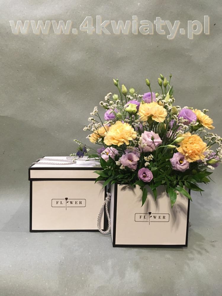 Flowerbox z upominkiem. Sześcienne pudełko z kwiatami.