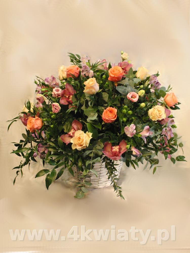 Kosz pastelowe kwiaty, herbaciane róże, storczyki cymbidium.