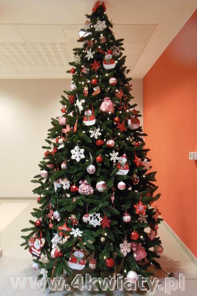 Choinka sztuczna, ubrana z dostawą. choinka biało - czerwona, kolory Bożego Narodzenia, czerwone dekoracje w kratkę biało - czerwoną