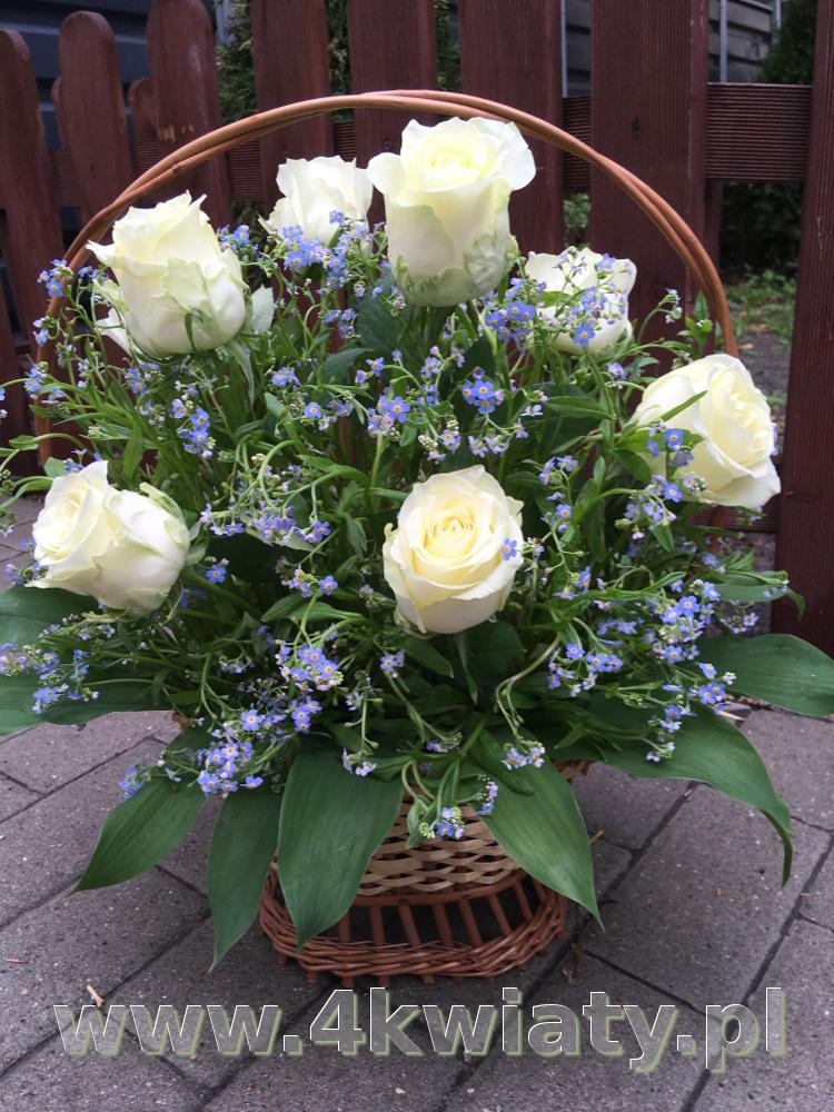 Kosz białe i niebieskie kwiaty, róże i niezapominajki.