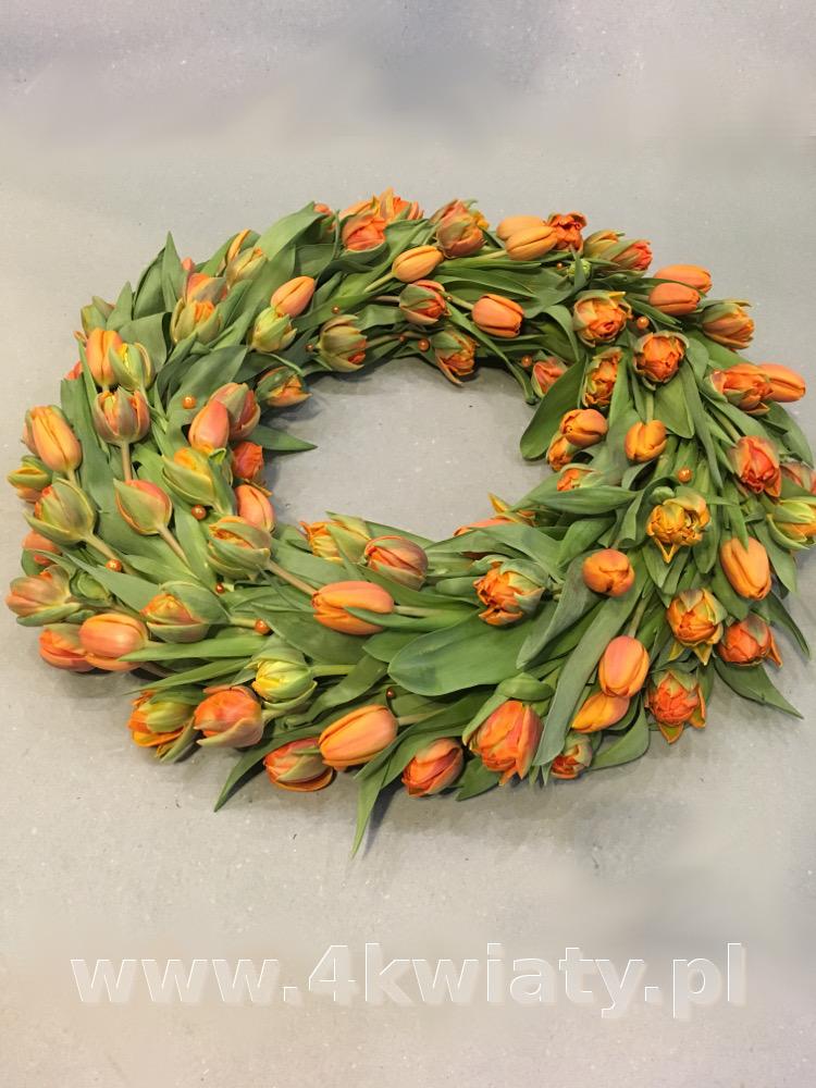 Wieniec pogrzebowy z tulipanów. Dostawa. Pomarańczowe kwiaty.