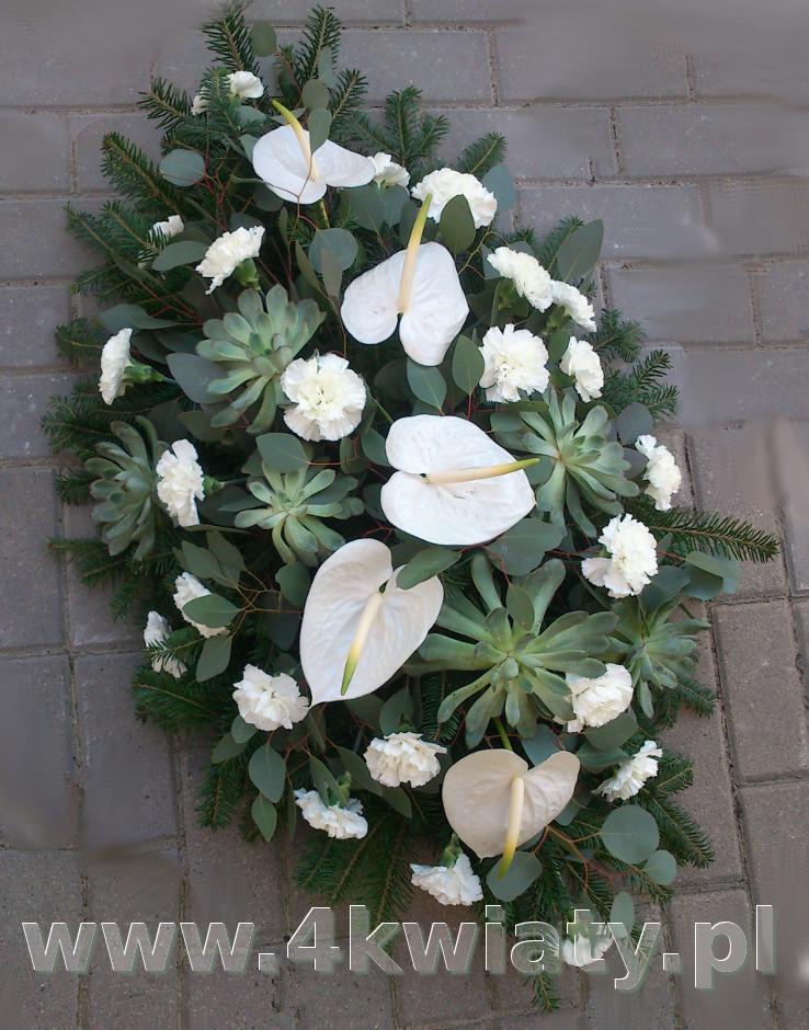 Wiązanka we florecie florystycznym,  kwiaty: anturium białe, goździki, sukulenty.