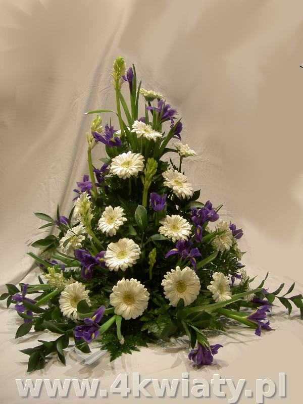 Wiązanka żałobna, wysoka z gerber i irysów, biała i fioletowa