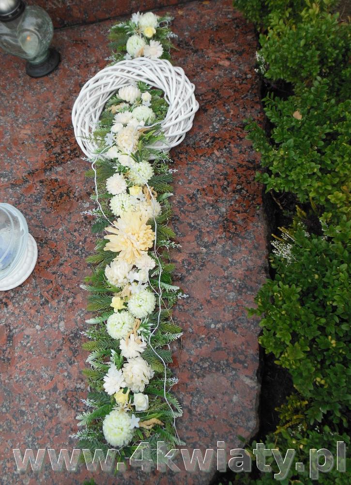 Wiązanka na grób: wianek z szarfą ze sztucznych kwiatów