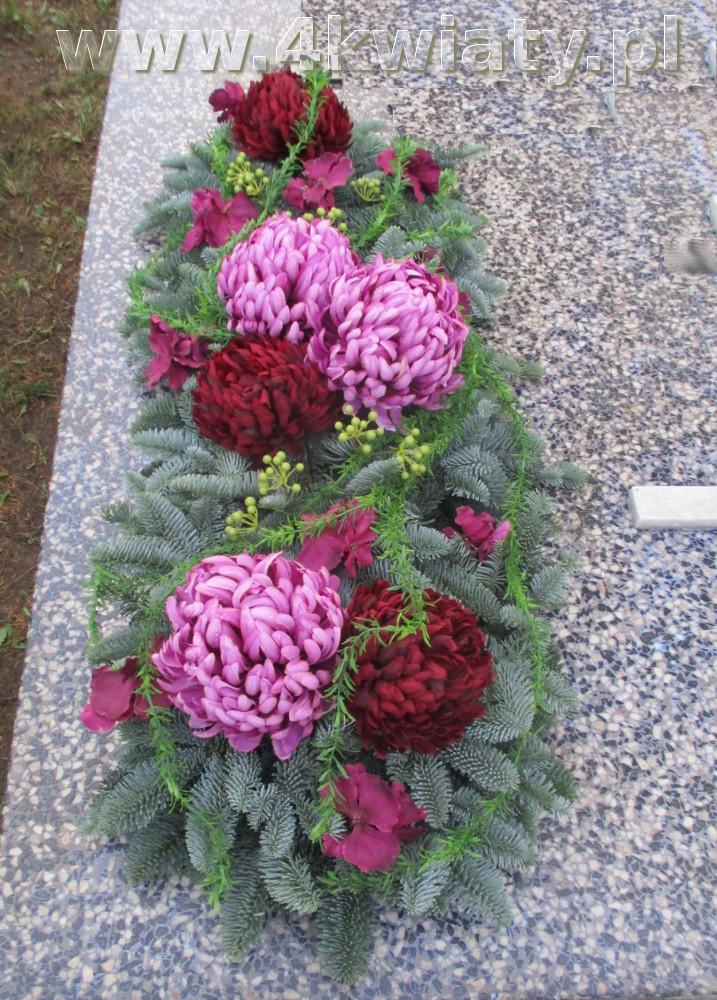 Kwiaty na Wszystkich Świętych, wiązanka nagrobna sztuczne kwiaty na żywym podkładzie, jodle