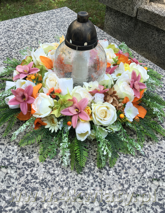 dekoracja znicza, wiązanka na grób ze zniczem kwiaty sztuczne