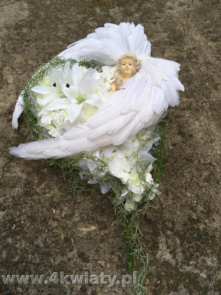 Serce z aniołem białe kwiaty na grób, skrzydła z piór. Wiązanka nagrobna dla dziecka