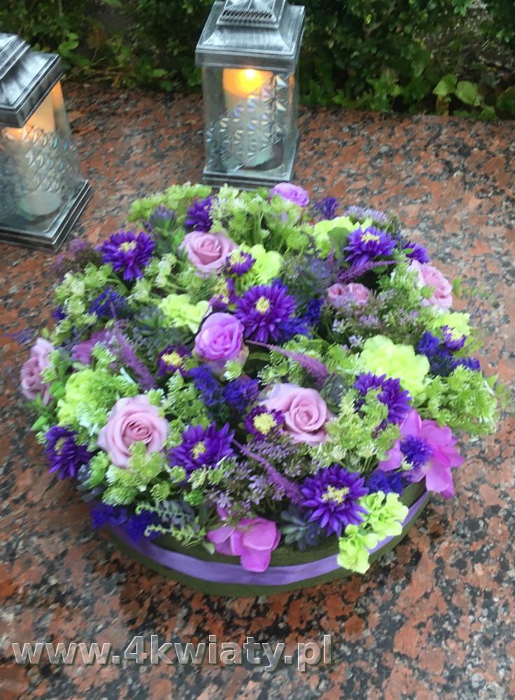 Kwiaty sztuczne na grób, dekoracja z kwiatów sztucznych, kolory fiolet, różowy, seledyn