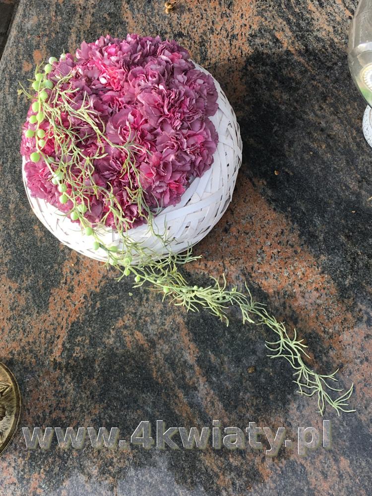 Koszyk goździki na grób. Kwiaty na Wszystkich Świętych
