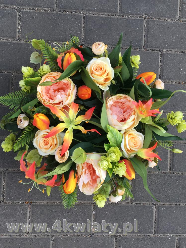 Kosz z kwiatami na grób. Wiązanka Wszystkich Świętych. Kwiaty sztuczne, pomarańczowe, brzoskwiniowe