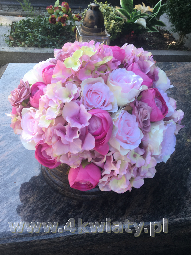 Nagrobna misa różowe kwiaty. Kwiaty na cmentarz.