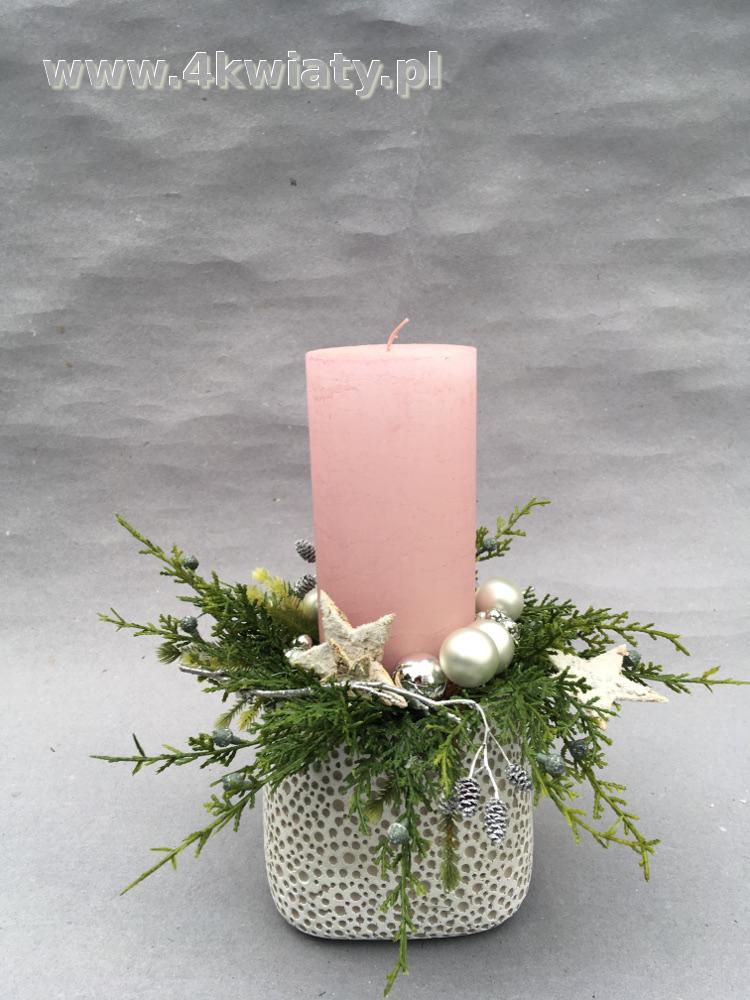 Stroik bożonarodzeniowy ze sztucznego igliwia, różowa świeca, naczynie ceramiczne