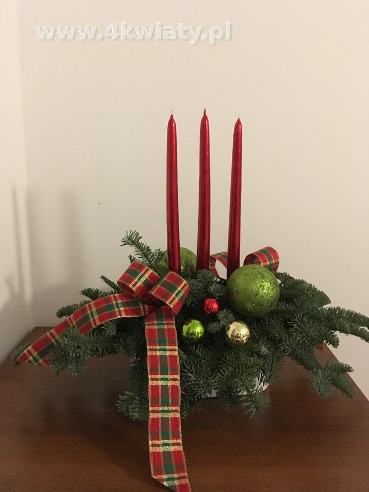 Stroik świąteczny trzy czerwone świece kokardka w kratkę