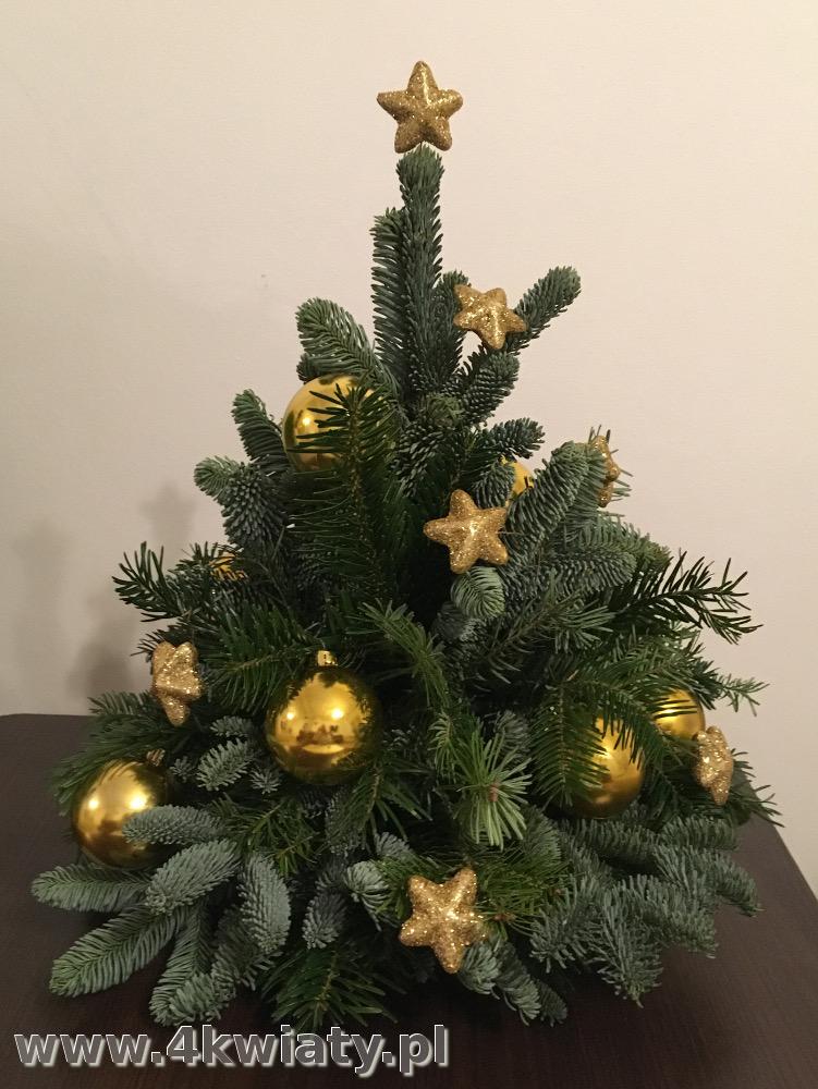 Stroik choinka z zielonych gałązek drzew iglastych. Złote bombki gwiazdki do biura firmy dostawa