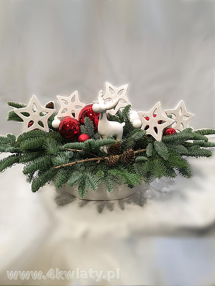 Stroik bożonarodzeniowy z jodły naczynie ceramiczne kremowe gwiazdki białe ceramiczny jelonek bombki szyszki