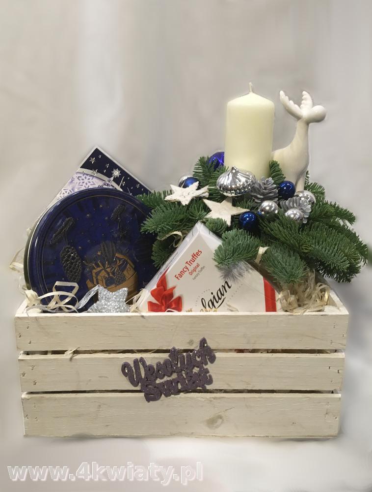 Kosz prezentowy biała skrzyneczka ze stroikiem świątecznym na Boże Narodzenie, zawiera czekoladki, ciasteczka lawa. herbata