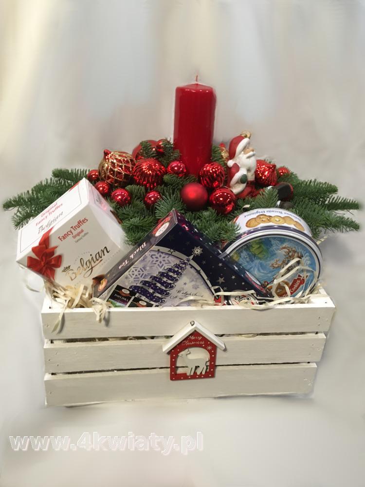 Kosz prezentowy na Boże Narodzenie, zawiera stroik, czekoladki, ciasteczka w puszcze, herbatę.