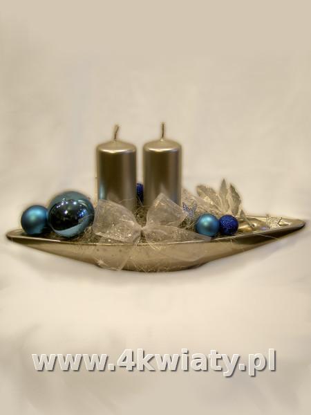 Srebrny stroik bożonarodzeniowy, niebieskie dodatki, świece naczynie łódka podłużne
