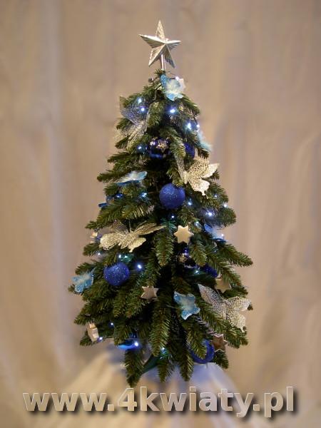 choinka ubrana dekoracje niebieskie, granatowe i srebrne