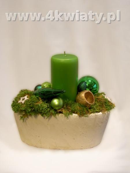 Zielony stroik bożonarodzeniowy ze świecą, bombki, mech