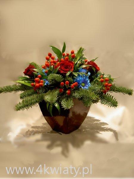 Stroik świąteczny z żywych kwiatów: róż margerytek czerwone korale hypericum