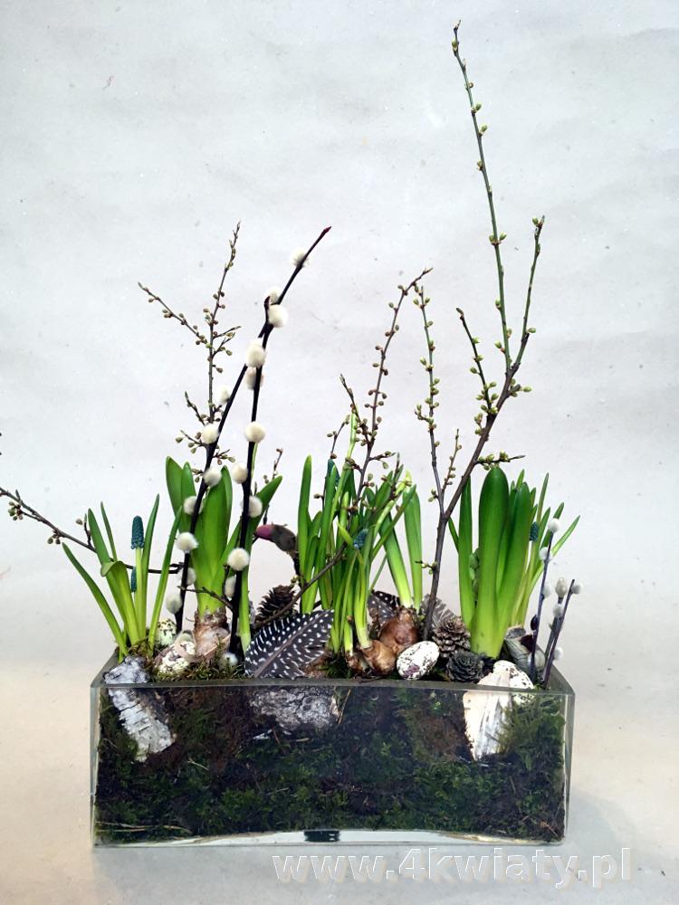 Stroik wielkanocny dekoracja Wielkanoc w szkle z roślin cebulowych, narcyzy, bazie, piórka