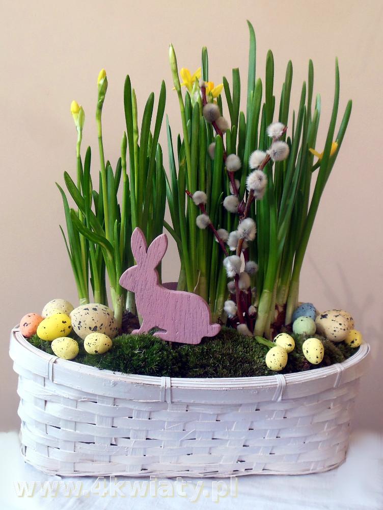 Koszyczek z króliczkiem i narcyzami stroik dekoracja Wielkanoc
