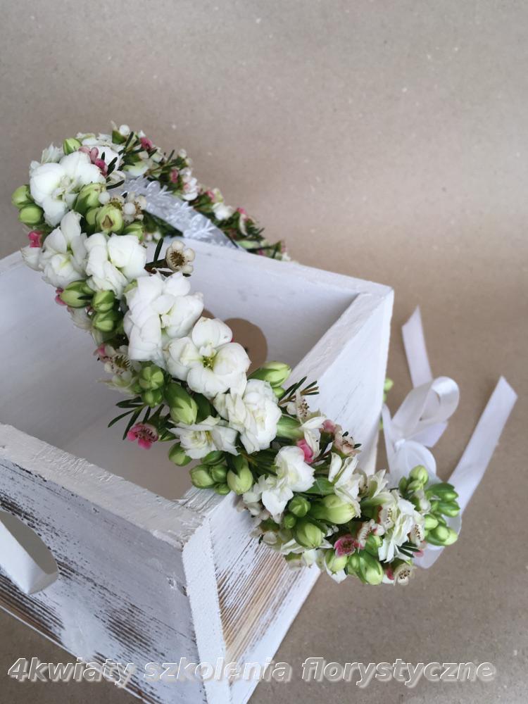 Wianek komunijny biały, różowy kwiaty żywe