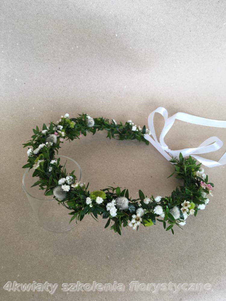 Wianek komunijny z mirtu i drobnych kwiatów