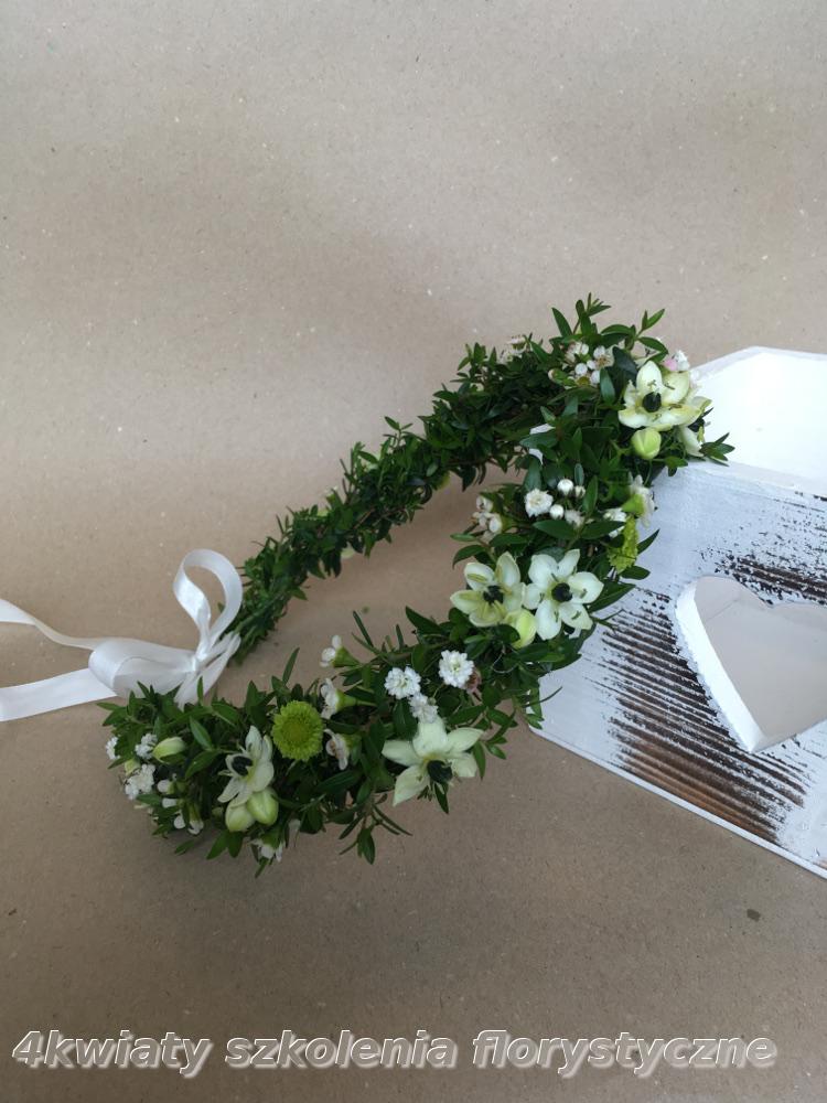 Wianek do komunii z mirtu zieleni i kwiatów